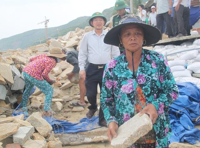 Dân cuống cuồng chèn chống nhà cửa lo ứng phó bão số 6 - 7