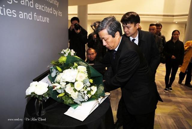 Đại sứ Việt Nam tại Anh đặt hoa tưởng niệm 39 người chết trên xe tải - 1