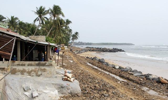 Cấm biển, cưỡng chế các hộ dân khu vực nguy hiểm để ứng phó với bão số 6 - 4