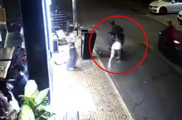 Cô gái bị giật túi xách ngã sấp mặt ở trung tâm Sài Gòn - 1