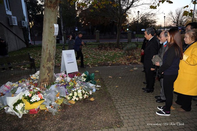 Đại sứ Việt Nam tại Anh đặt hoa tưởng niệm 39 người chết trên xe tải - 7