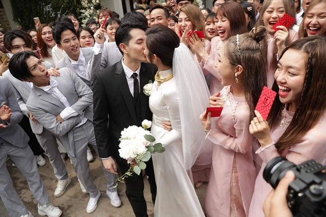 Đông Nhi - Ông Cao Thắng hôn nhau say đắm trong lễ vu quy - 12