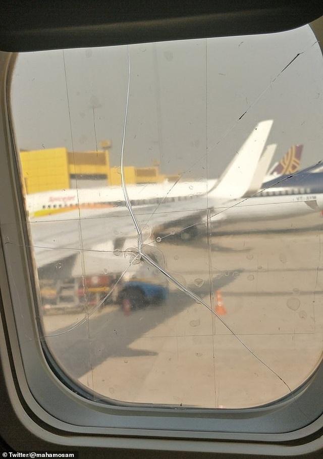 Một hãng hàng không dán tạm bợ cửa kính máy bay nứt vỡ bằng băng dính thường - 1