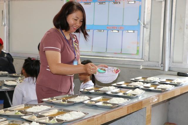 Cảm động cô giáo đi xin cơm cho học trò nghèo - 3