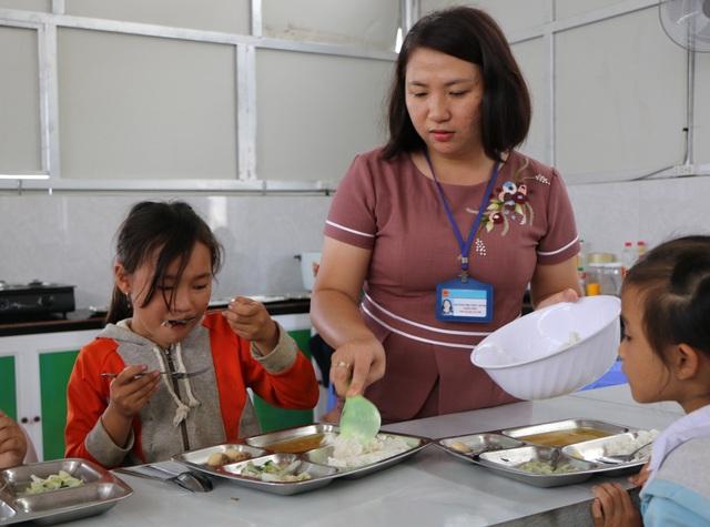 Cảm động cô giáo đi xin cơm cho học trò nghèo - 2