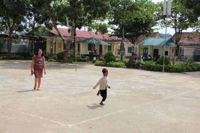 Cảm động cô giáo đi xin cơm cho học trò nghèo - 1