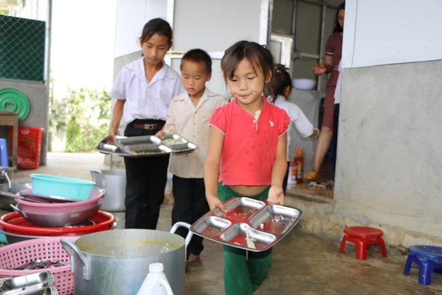 Cảm động cô giáo đi xin cơm cho học trò nghèo - 6