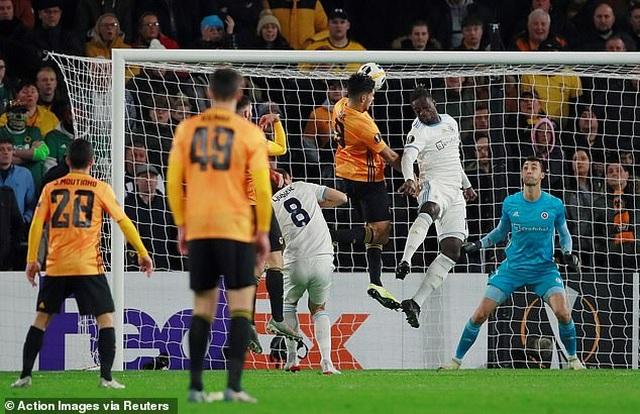 Chấn thương kinh hoàng của Andre Gomes tái diễn ở Europa League - 4