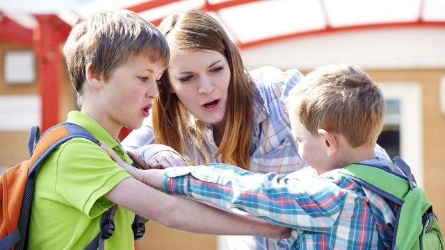 Đau đầu với con hay bắt nạt bạn ở trường