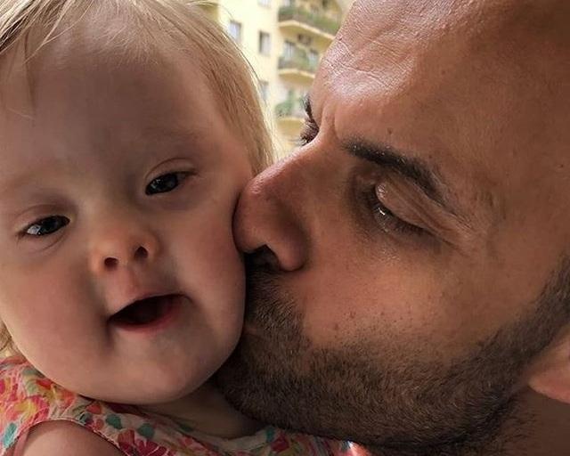 Xúc động: Người đàn ông nhận nuôi bé gái bị 20 gia đình từ chối - 1