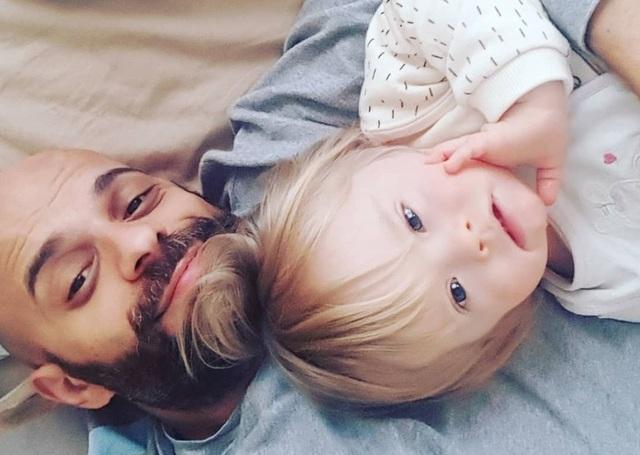 Xúc động: Người đàn ông nhận nuôi bé gái bị 20 gia đình từ chối - 2