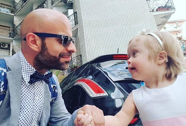 Xúc động: Người đàn ông nhận nuôi bé gái bị 20 gia đình từ chối - 5