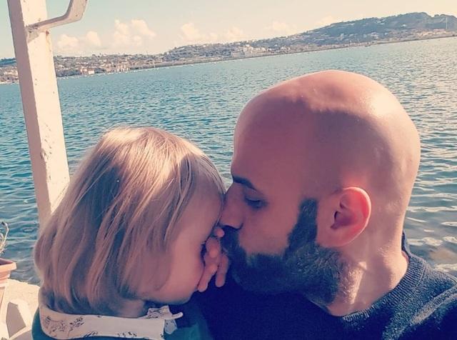 Xúc động: Người đàn ông nhận nuôi bé gái bị 20 gia đình từ chối - 6