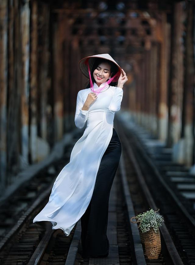Chuyên gia Makeup Teddy Pham đẹp mơ màng trong tà áo dài bên cầu Long Biên - 5