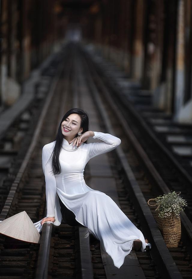 Chuyên gia Makeup Teddy Pham đẹp mơ màng trong tà áo dài bên cầu Long Biên - 2