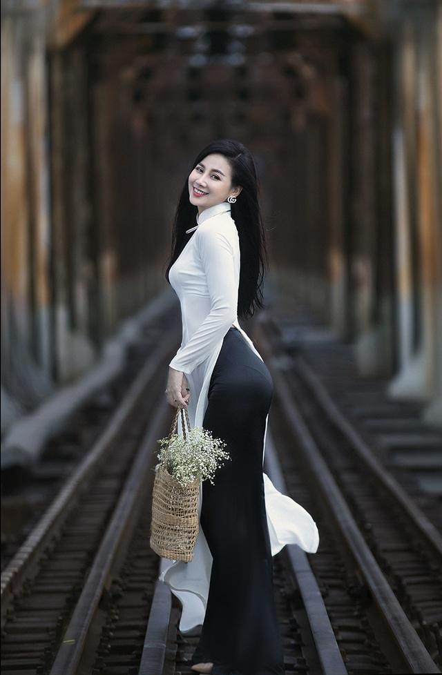 Chuyên gia Makeup Teddy Pham đẹp mơ màng trong tà áo dài bên cầu Long Biên - 1