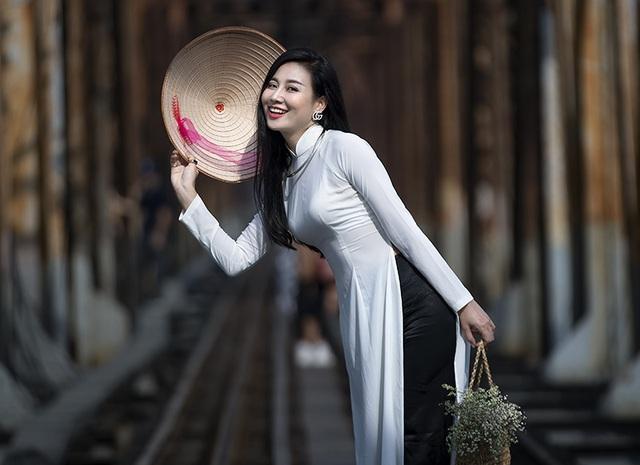Chuyên gia Makeup Teddy Pham đẹp mơ màng trong tà áo dài bên cầu Long Biên - 9