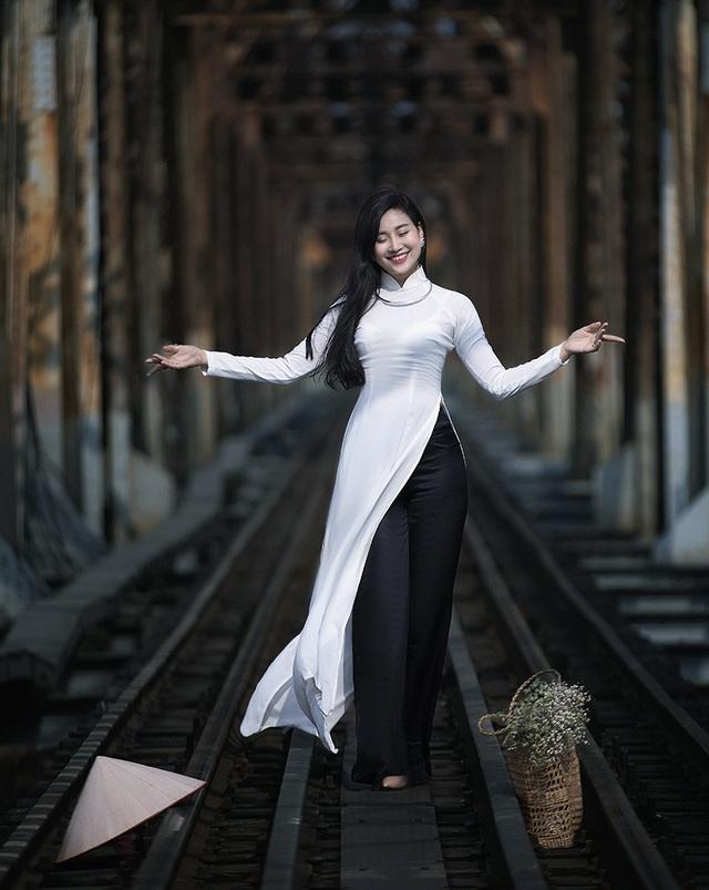 Chuyên gia Makeup Teddy Pham đẹp mơ màng trong tà áo dài bên cầu Long Biên - 3