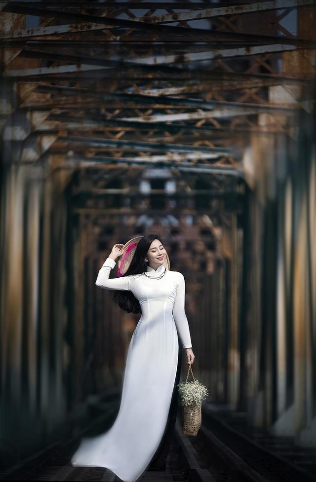 Chuyên gia Makeup Teddy Pham đẹp mơ màng trong tà áo dài bên cầu Long Biên - 7
