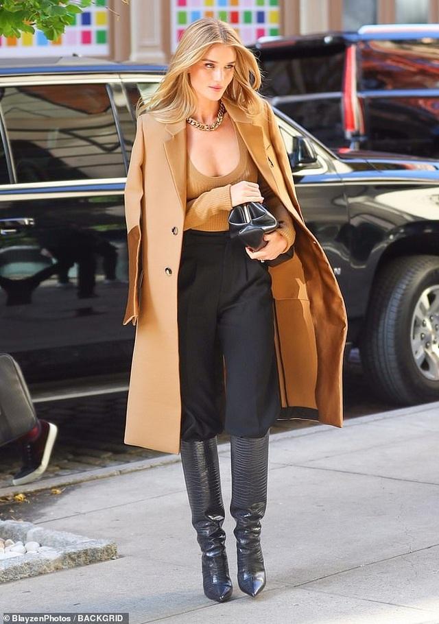 Bạn gái Người vận chuyển mặc áo xẻ sâu ra phố - 2
