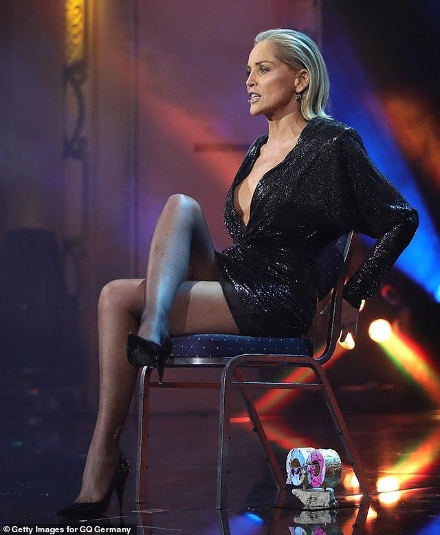 """Sharon Stone tái hiện cú vắt chân kinh điển trong """"Bản năng gốc"""" - 2"""