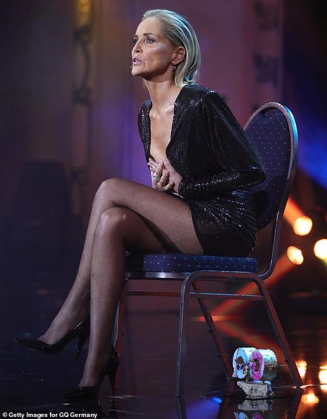 """Sharon Stone tái hiện cú vắt chân kinh điển trong """"Bản năng gốc"""" - 3"""