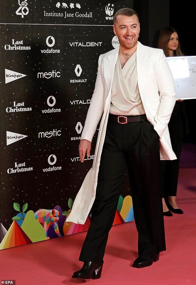 Nam ca sỹ Sam Smith điệu đà với áo lụa - 1