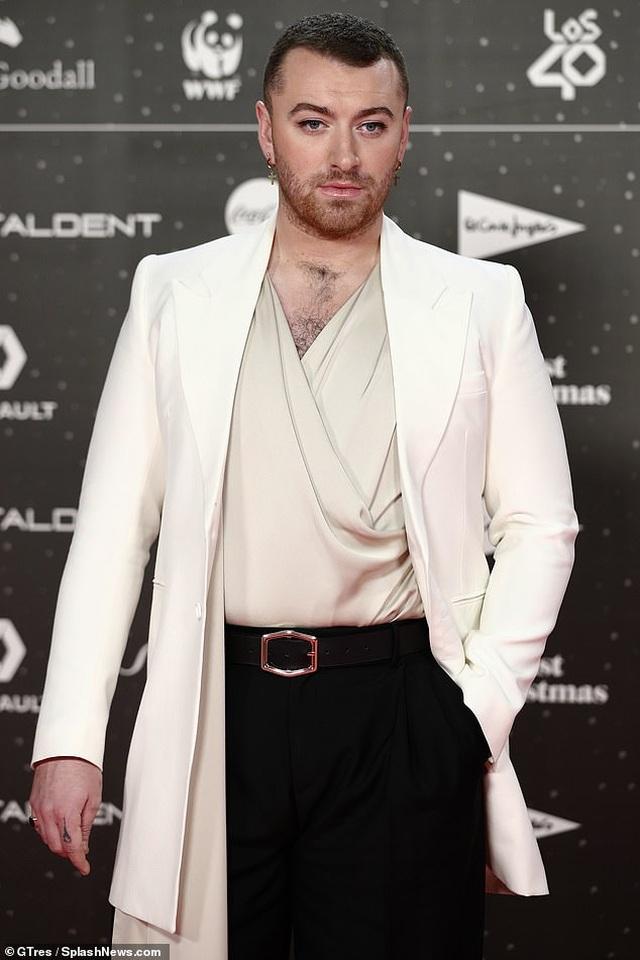 Nam ca sỹ Sam Smith điệu đà với áo lụa - 2