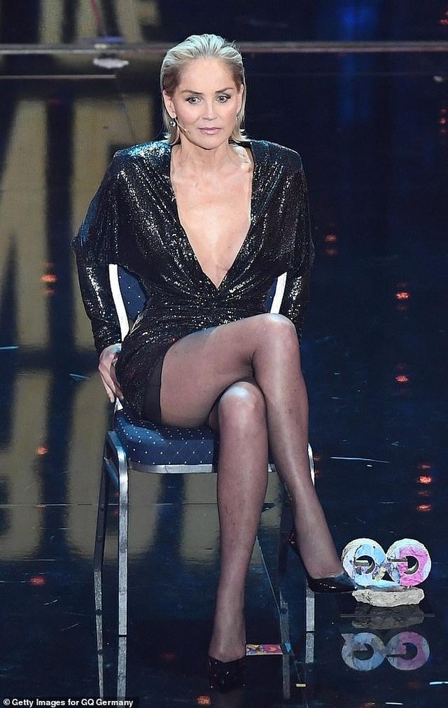 """Sharon Stone tái hiện cú vắt chân kinh điển trong """"Bản năng gốc"""" - 5"""