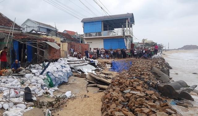 Chi 100 tỷ đồng xây kè biển bảo vệ người dân làng chài - 1