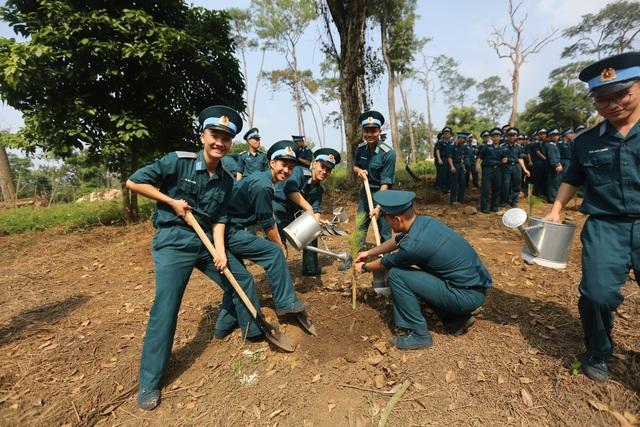 """Hàng nghìn người trồng 2.000 cây Thông Mã Vĩ trên đồi cây """"Dâng Bác - Ơn Thầy"""" - 7"""