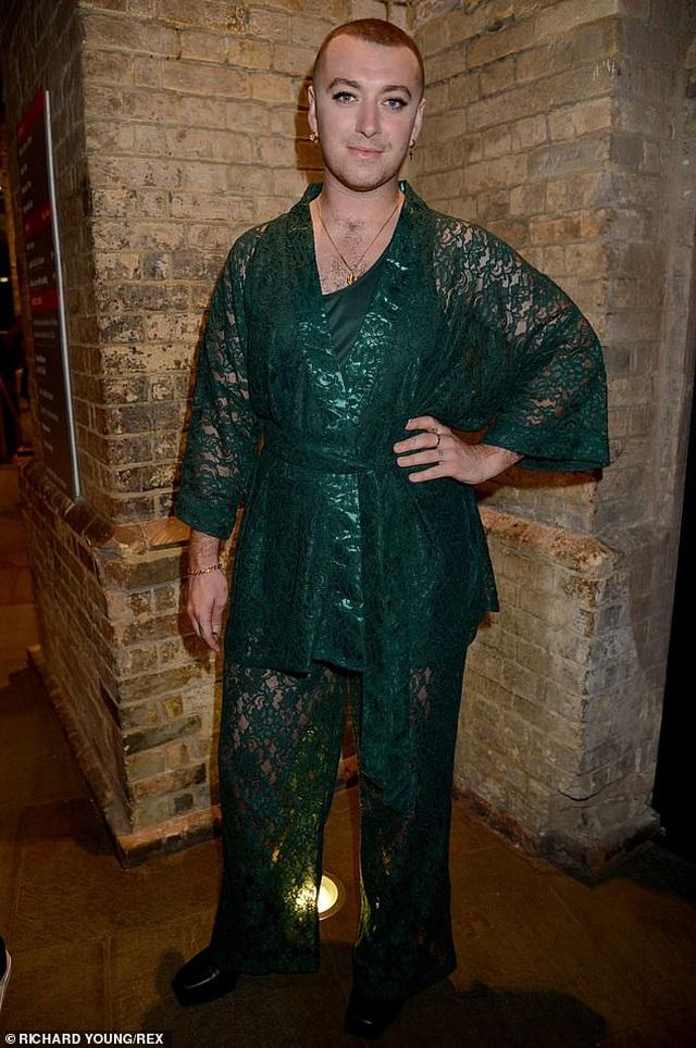 Nam ca sỹ Sam Smith điệu đà với áo lụa - 6