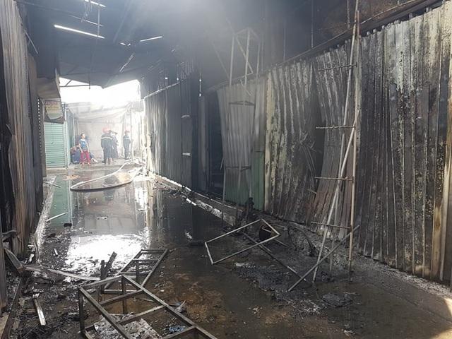 """""""Bà hỏa"""" thiêu rụi hàng chục ki ốt chợ Gián Khẩu lúc giữa trưa - 2"""