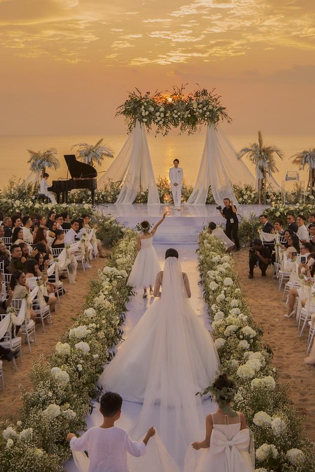 Ông Cao Thắng khóc cảm ơn Đông Nhi trong đám cưới đẹp như mơ - 1