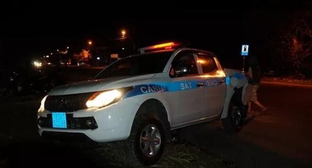 Xe CSGT bị xe tải tông bay qua rãnh nước - 1