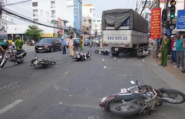 Xe tải tông 6 xe máy dừng đèn đỏ, 4 người bị thương - 1