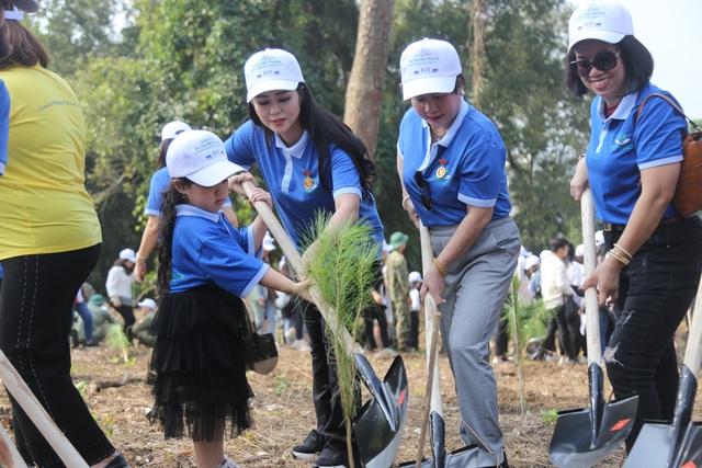 """Hàng nghìn người trồng 2.000 cây Thông Mã Vĩ trên đồi cây """"Dâng Bác - Ơn Thầy"""" - 10"""