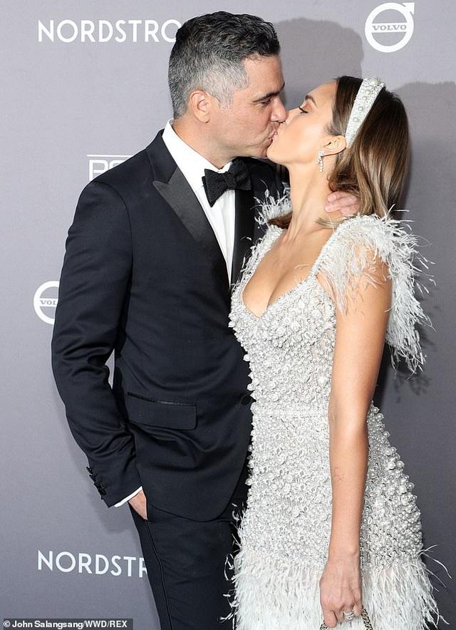 Jessica Alba hạnh phúc hôn chồng trong sự kiện - 1