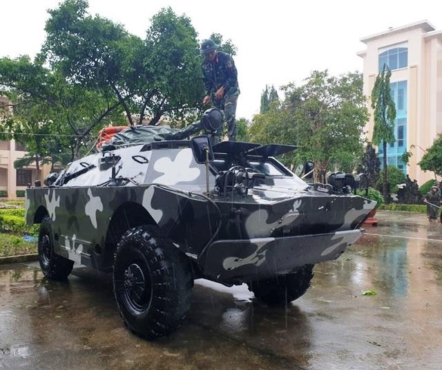 Quân khu 5 điều 12 xe bọc thép sẵn sàng đón bão - 2