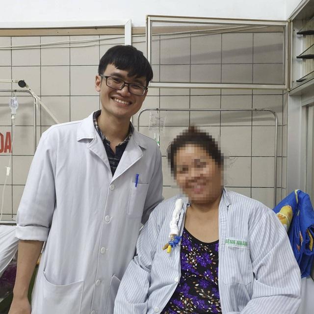 Thay vì rạch bụng, khối u gan được lấy nhờ mổ nội soi - 2