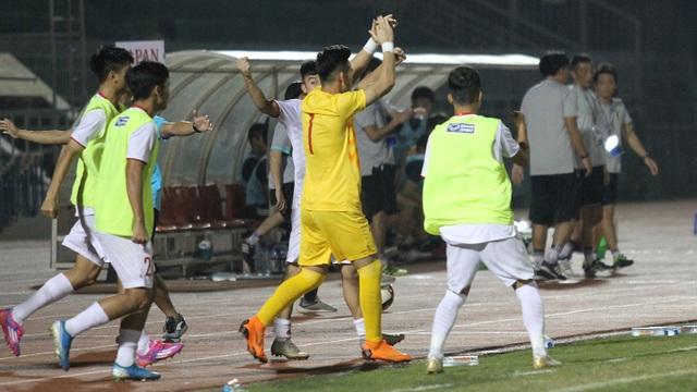 Khoảnh khắc cầu thủ và cổ động viên nín thở nhìn U19 Việt Nam giành vé dự giải châu Á - 12