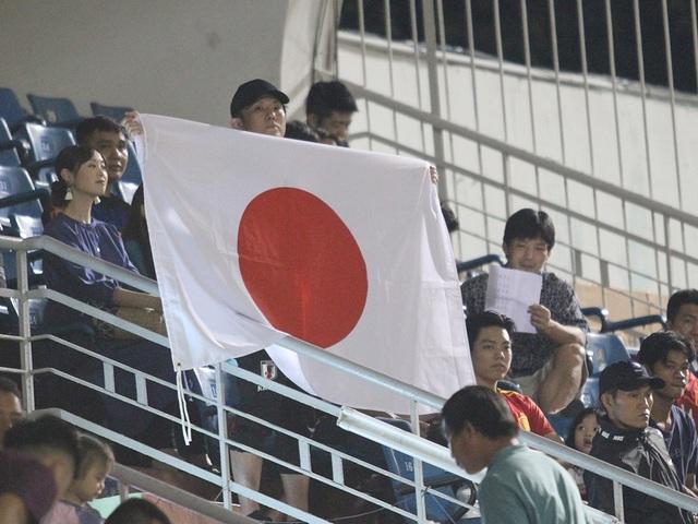 Khoảnh khắc cầu thủ và cổ động viên nín thở nhìn U19 Việt Nam giành vé dự giải châu Á - 5