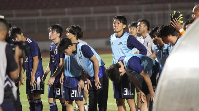 Khoảnh khắc cầu thủ và cổ động viên nín thở nhìn U19 Việt Nam giành vé dự giải châu Á - 16