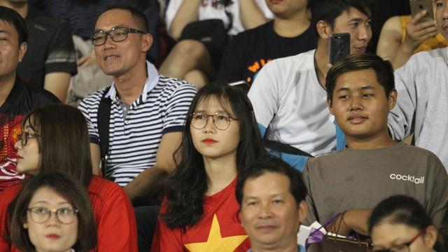 Khoảnh khắc cầu thủ và cổ động viên nín thở nhìn U19 Việt Nam giành vé dự giải châu Á - 10