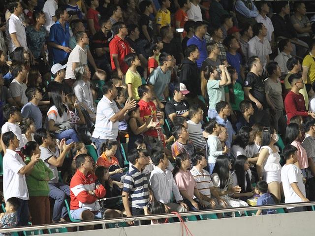 Khoảnh khắc cầu thủ và cổ động viên nín thở nhìn U19 Việt Nam giành vé dự giải châu Á - 9