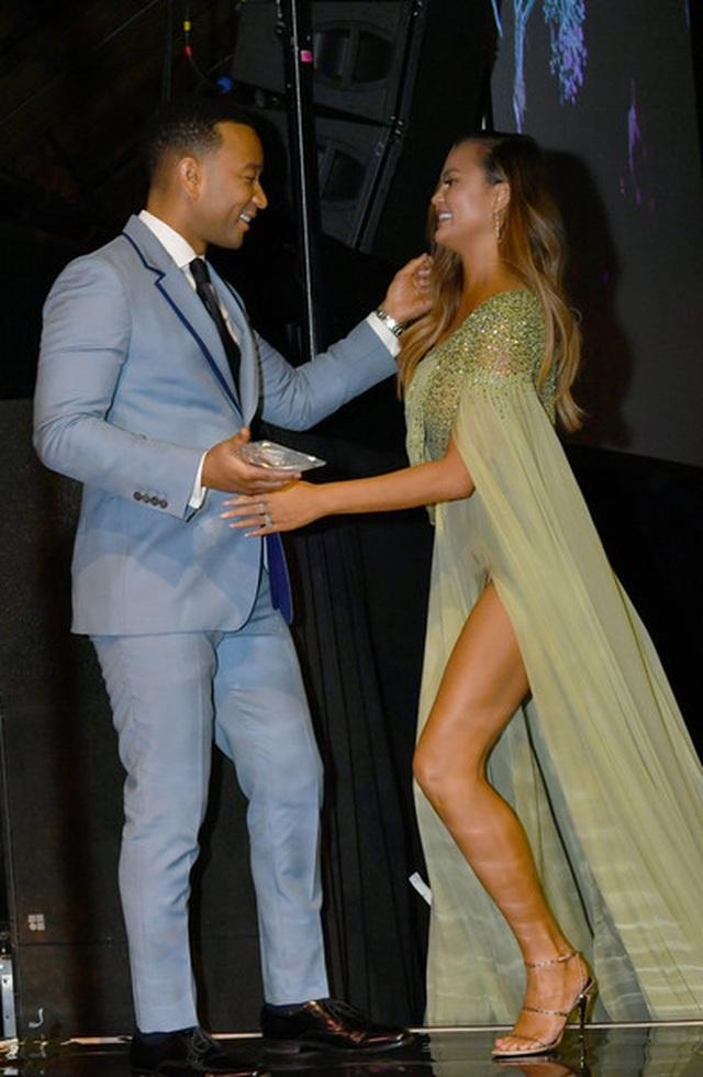 John Legend đưa vợ đẹp Chrissy Teigen dự tiệc - 4