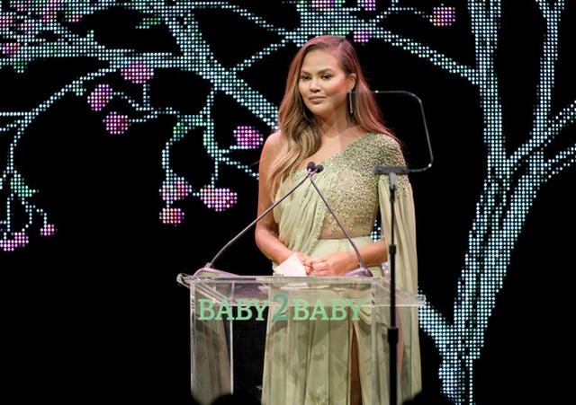 John Legend đưa vợ đẹp Chrissy Teigen dự tiệc - 6
