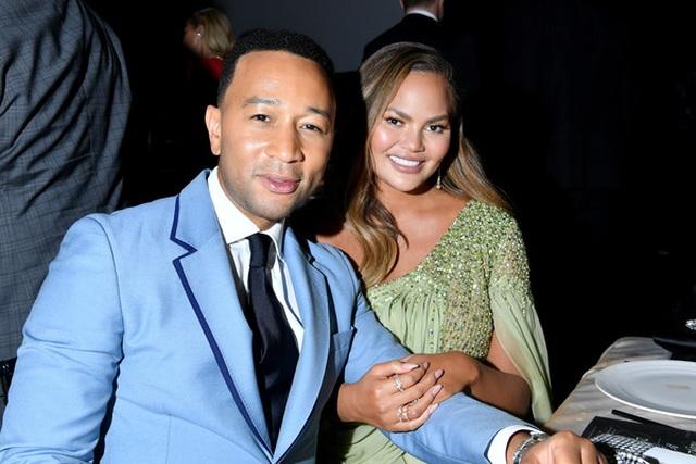 John Legend đưa vợ đẹp Chrissy Teigen dự tiệc - 1