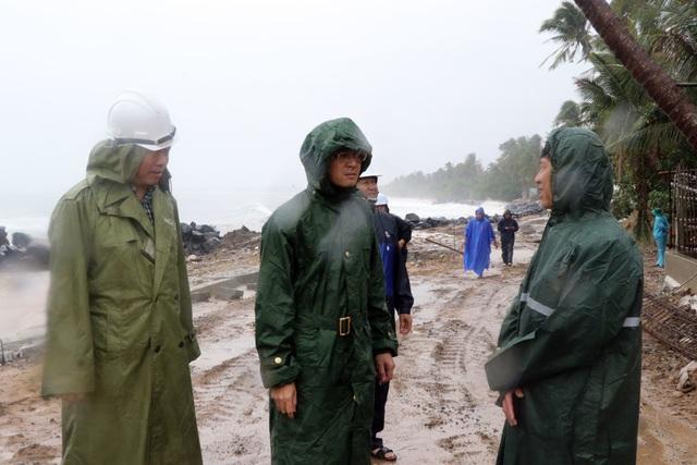 Quảng Ngãi đang mưa to gió mạnh, Phú Yên lo dân cố thủ giữ lồng bè - 9
