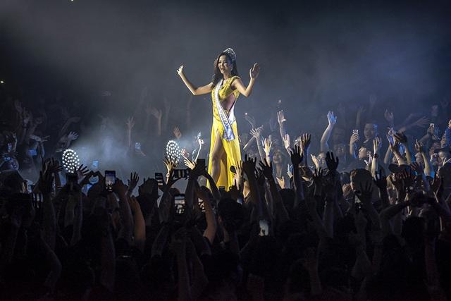 Hoa hậu H'Hen Niê trình diễn màn xoay váy kinh điển trong liveshow Đen Vâu - 4